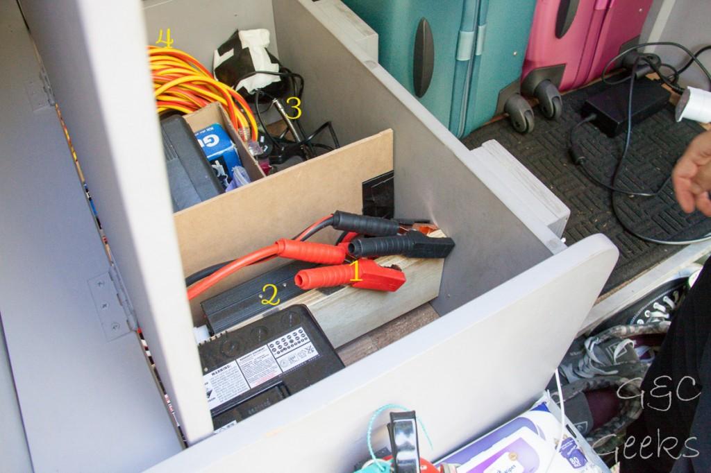 1- les pinces débranchées pour ne pas tirer le jus de la batterie principale 2- l'onduleur 3- la lampe qui éclaire bien pour la soirée 4- la grande rallonge très utile pour les emplacements powered