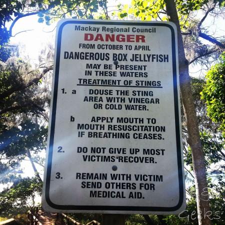attention aux méduses mortelles ! Heureusement, la plupart des victimes s'en sortent (quel panneau rassurant)