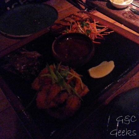 du calamar, de la viande fumé, une petite salade, des nems