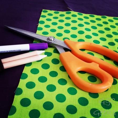 quelques achats nécessaires au départ, pour bien débuter : stylo et crayons effacables, une paire de ciseaux qui coupe bien !