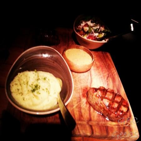 Un bon morceau de viande sanguinolant (oups, j'avais pas droit, mais c'était tellement bon !), avec une purée de pommes de terre et une salade composée à la féta, olives et tomates