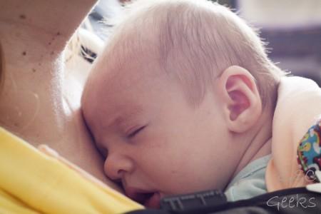 bébé dort dans pesn