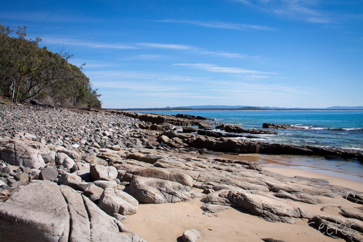 bord de mer avec rocher noosa